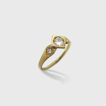 Solitaire Carré in brushed yellow gold
