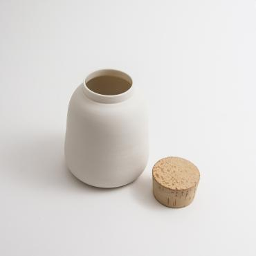Box in porcelain with a cork
