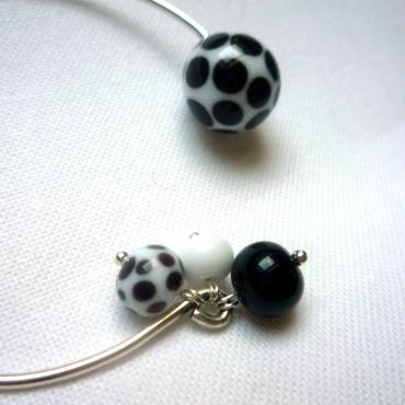 Bangle bracelet in white glass with black polka-dots