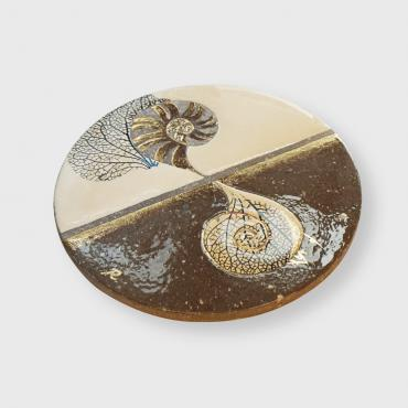 Trivet round escargot beige in enamelled lava