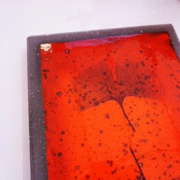 Red table mat feuilles de ginkgo biloba in enamelled lava