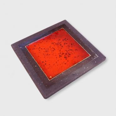 Red table mat in enameleld lava
