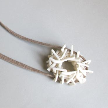Long necklace Nid white