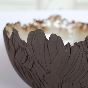 Decorative bowl in brown stoneware
