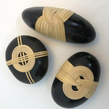 Set of 3 decorative pebbles zen noir avec vannerie de rotin