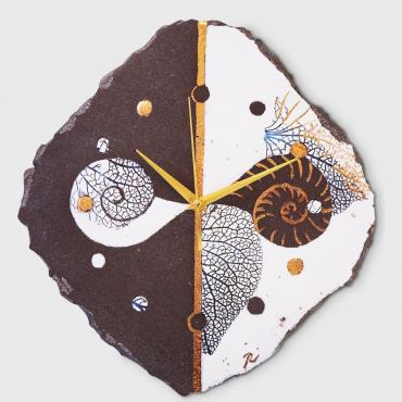 Clock escargot white in enamelled lava