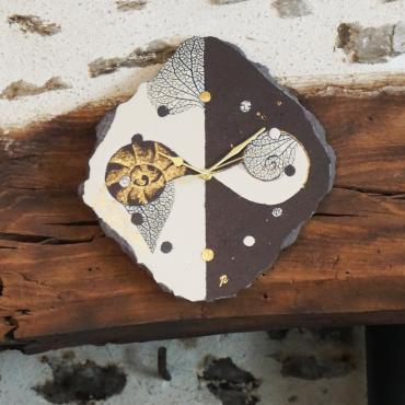 Clock escargot beige in enamelled lava