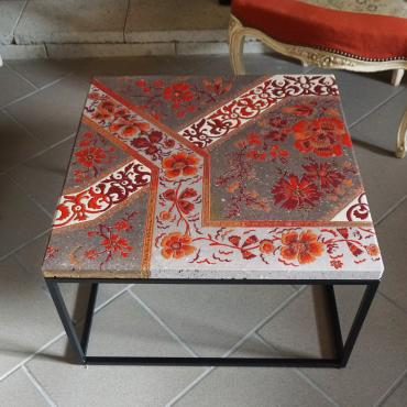 Table basse carrée décor floral tons orangés et touches d'or fin