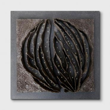 Bas relief-grès noir-or