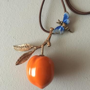 Long necklace Apricot and bee